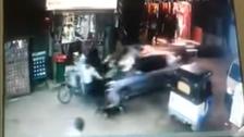 فيديو مرعب.. سيارة تدهس مصريين في شارع ضيق