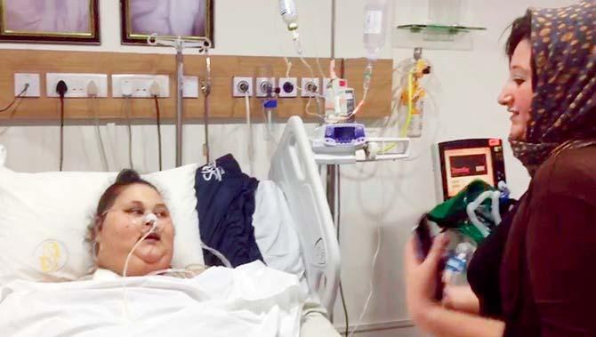 إيمان برفقة أختها على سريرها بالمستشفى الهندي