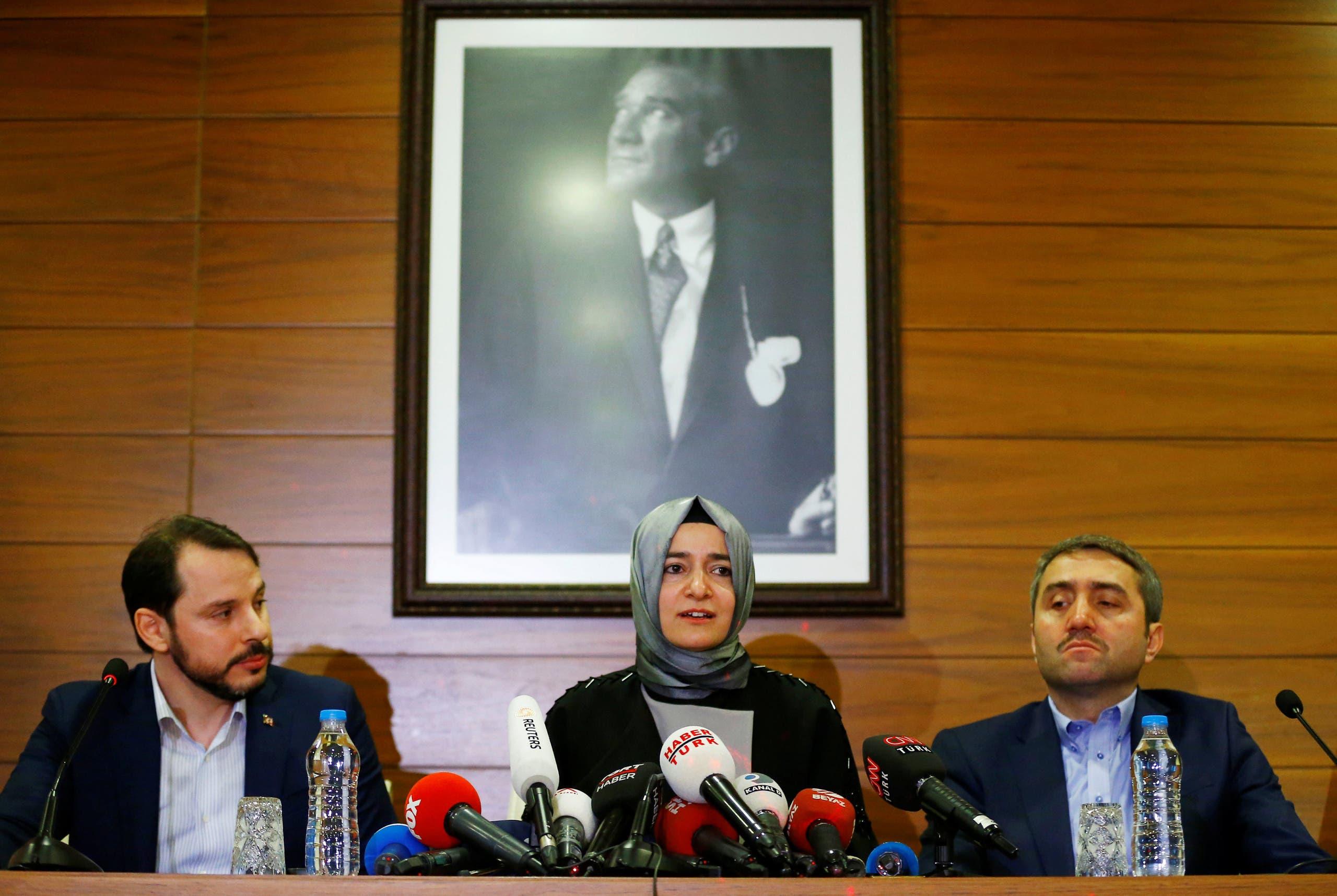 وزيرة الأسرة التركية تعقد مؤتمراً صحفياً في مطار اسطنبول فور عودتها