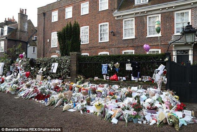 زهور المحبين أمام منزل مايكل