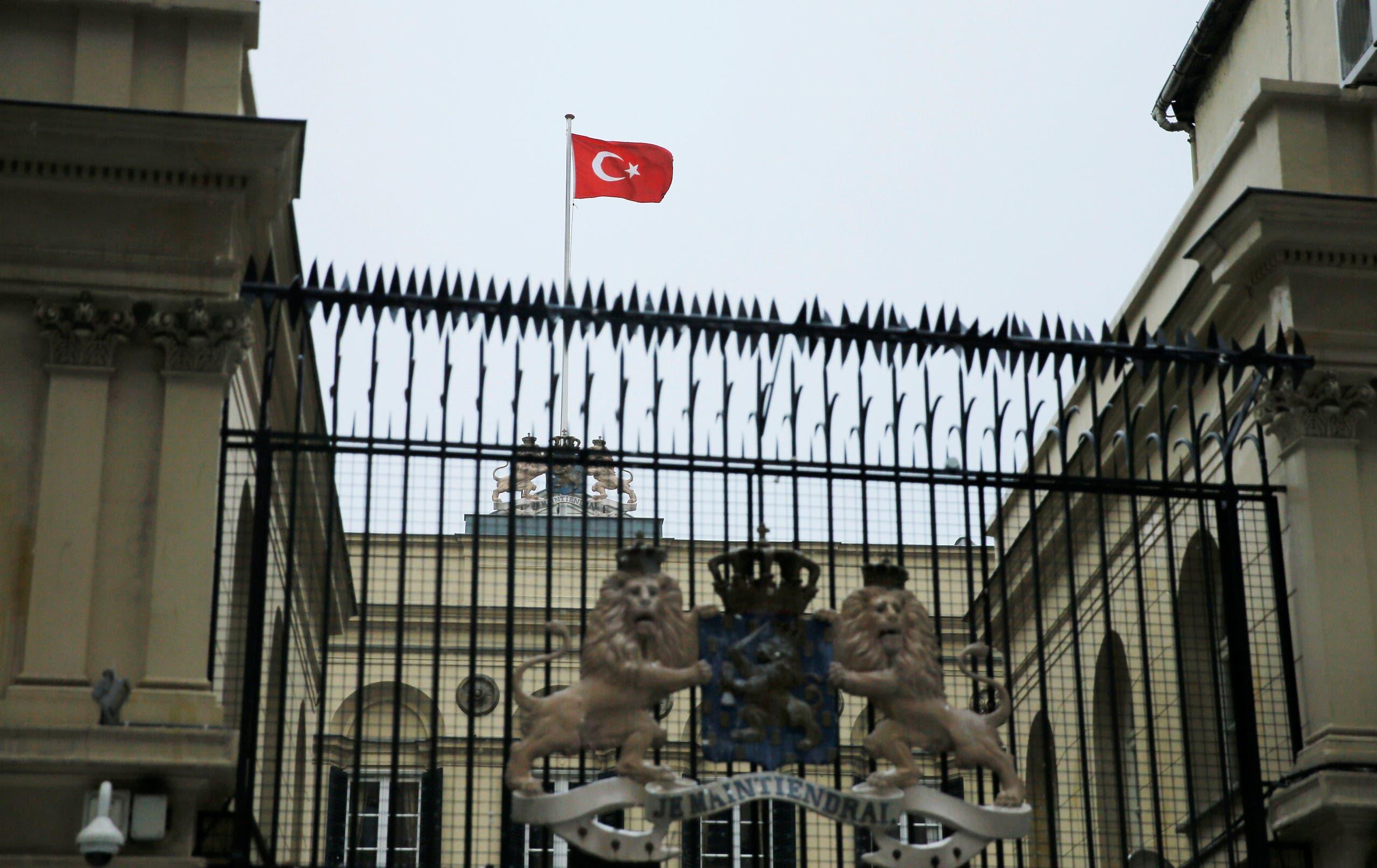 علم تركيا يرفرف على القنصلية الهولندية في اسطنبول