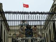 متظاهرون غاضبون ينزلون علم هولندا من قنصليتها باسطنبول