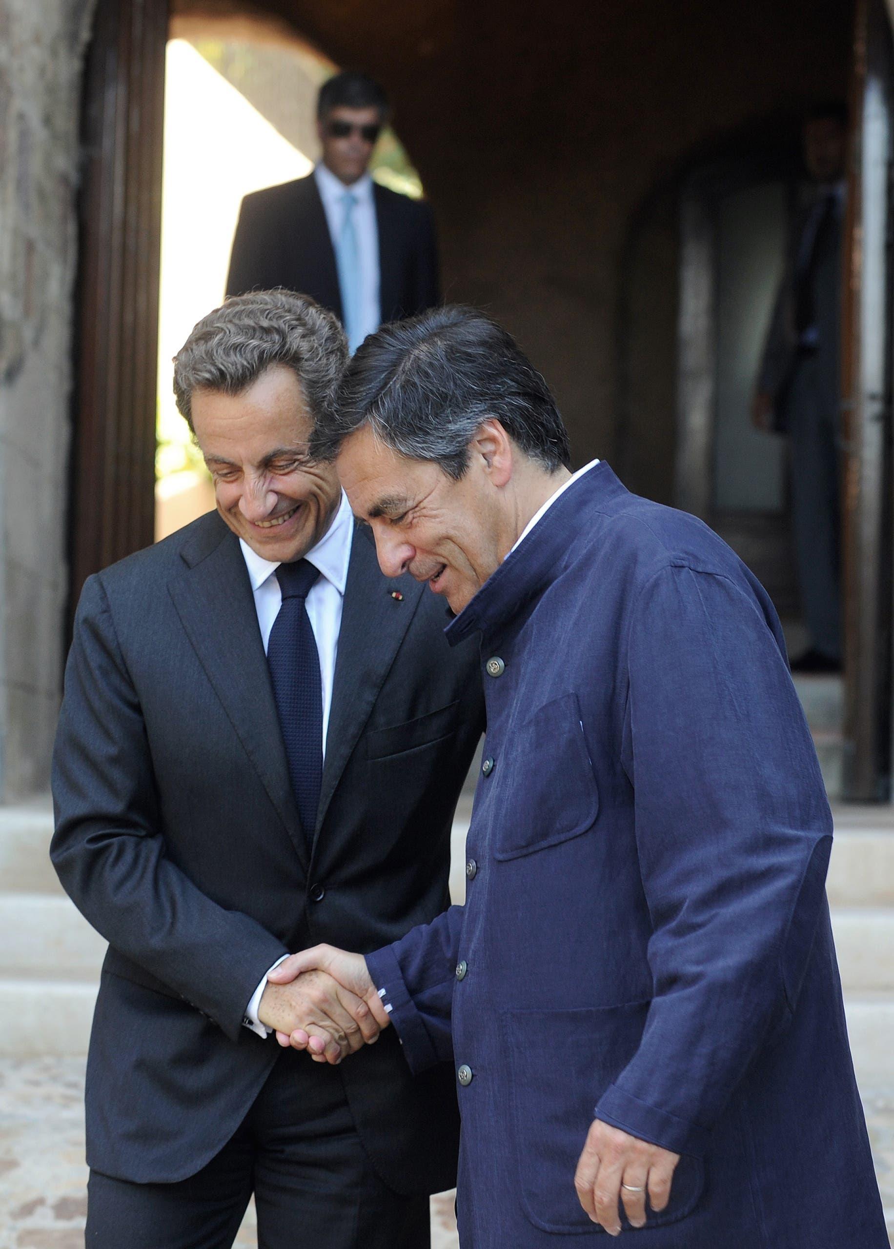 فيون يرتدي سترة من ارنيس في 2010 خلال لقاءه بالرئيس الفرنسي السابق نيكولا ساركوزي