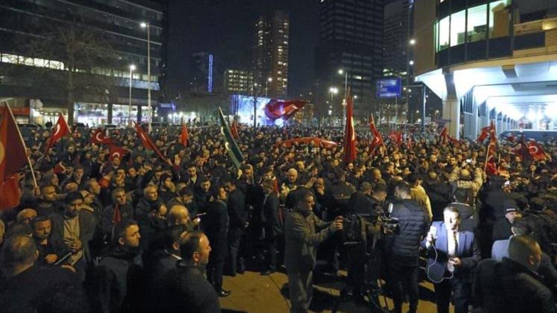 حشد من المتظاهرين الأتراك أمام القنصلية التركية بمدينة روتردام الهولندية (رويترز)