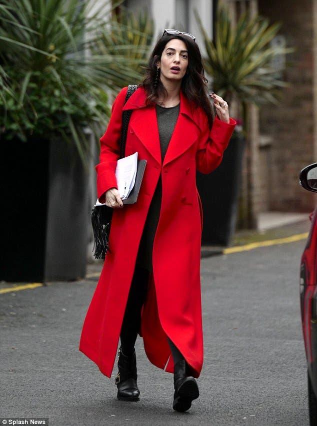 بمعطف أحمر من ستيللا ماكارتني