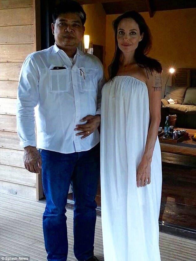 أنجلينا جولي مع الكاهن التايلاندي أغارن نو كانباي