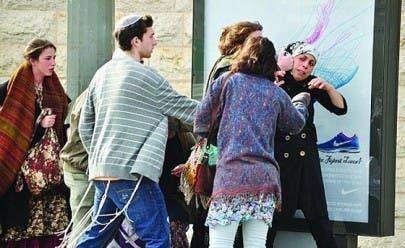 المستوطنون يمارسون سلوكيات عدائية ضد الفلسطينيين