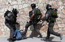 جنود إسرائيليون يعتدون على شاب فلسطيني