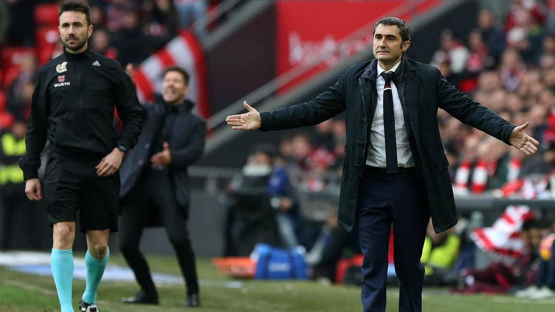 Athletic Bilbao's coach Ernesto Valverde (R) gestures during the Spanish league football match Athletic Club Bilbao vs Club Atletico de Madrid at the San Mames stadium in Bilbao on January 22, 2017.  CESAR MANSO / AFP