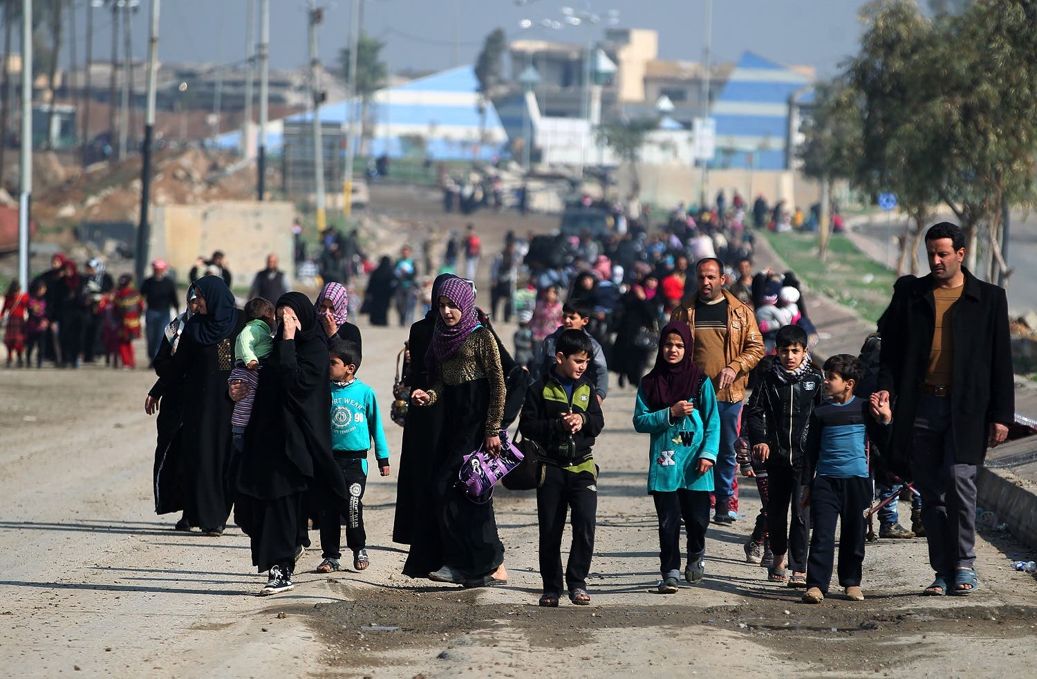 Displaced residents from Mosul's al-Nasser neighbourhood evacuate the area on March 14, 2017 as Iraqi forces continue to advance in the embattled city combatting Islamic State (IS) group jihadists. (AFP)