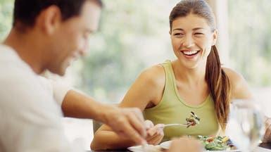 لماذا تطلب المرأة السلطة حين تتناول طعامها مع رجل وسيم؟