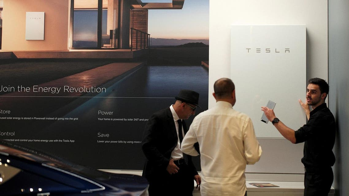 A Tesla representative (R) demonstrates the Tesla Power wall battery storage device to potential customers at the Tesla store in Sydney, Australia, March 13, 2017. (File Photo: Reuters)