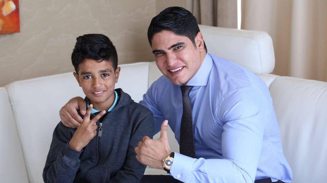 رجل الأعمال المصري أحمد أبوهشيمة مع الطفل الراقص مع الكلاب