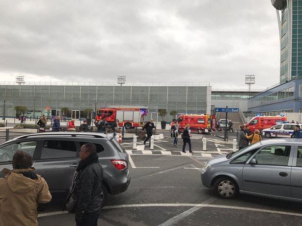 قوات الدفاع المدني أمام مطار أورلي