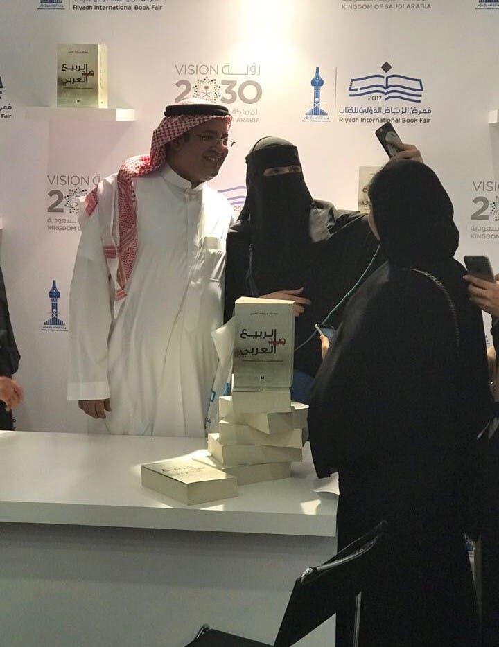 سيلفي لعبد الله بن بجاد العتيبي في معرض الرياض الدولي للكتاب