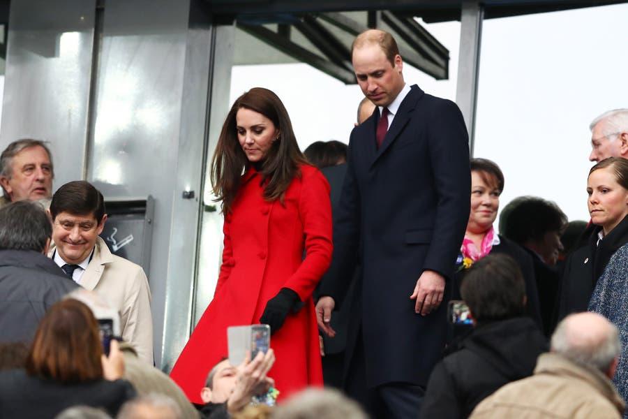 ترتدي معطفاً أحمر من كارولينا هيريرا