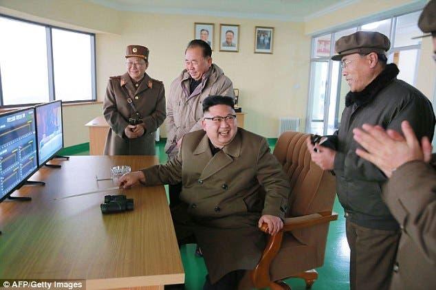 رهبر کره شمالی با ژنرال های خود پس از آزمایش اتمی