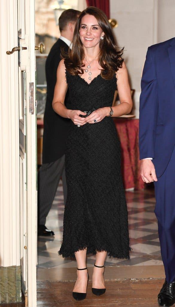 ترتدي ثوب أسود من ألآلكسندر مكوين خلال حفل استقبال السفارة البريطانية في باريس