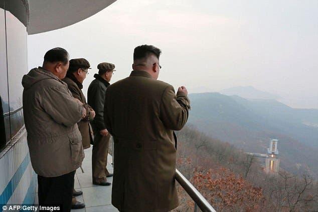 زعيم كوريا الشمالية يتابع تجربة صاروخية