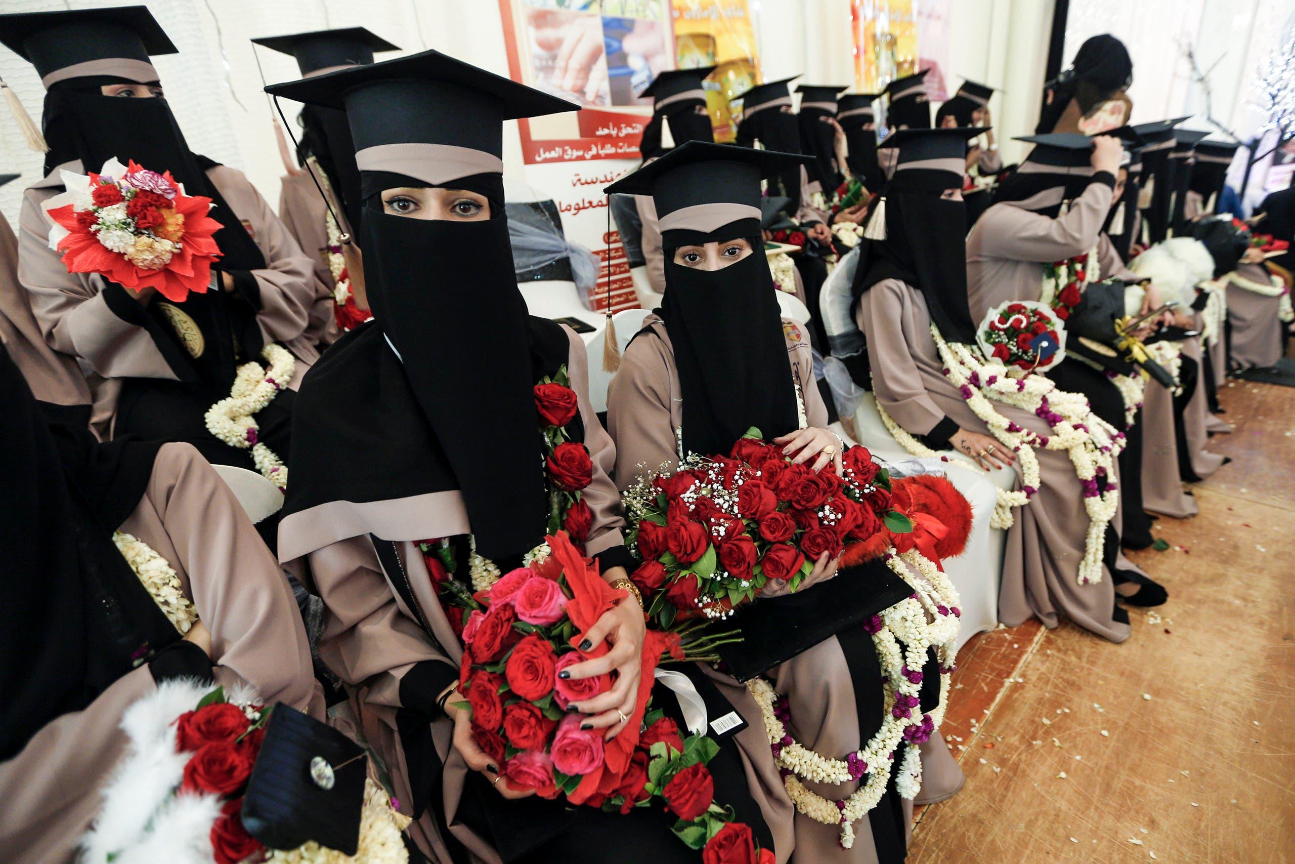 طالبات يمنيات أثناء حفل التخرج من الجامعة