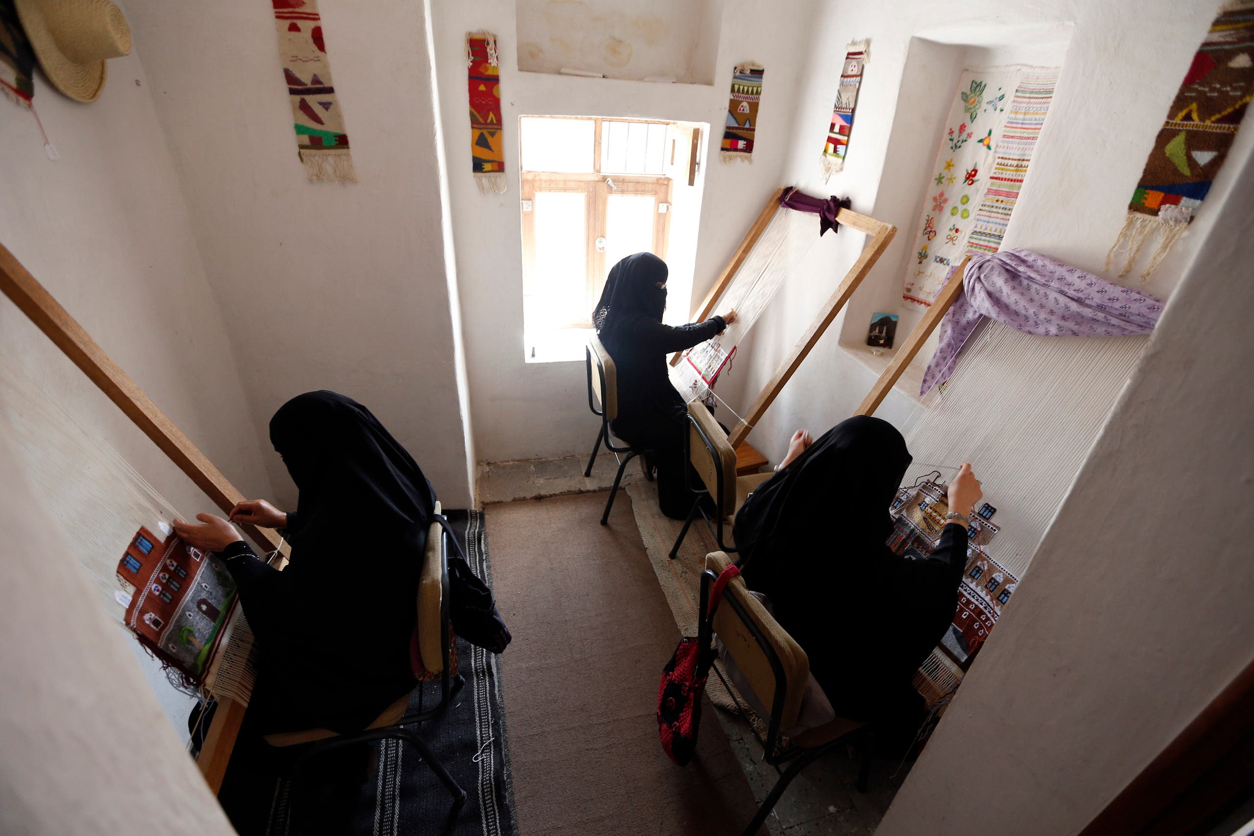 فتيات يمنيات يعملن بالحرف اليدوية