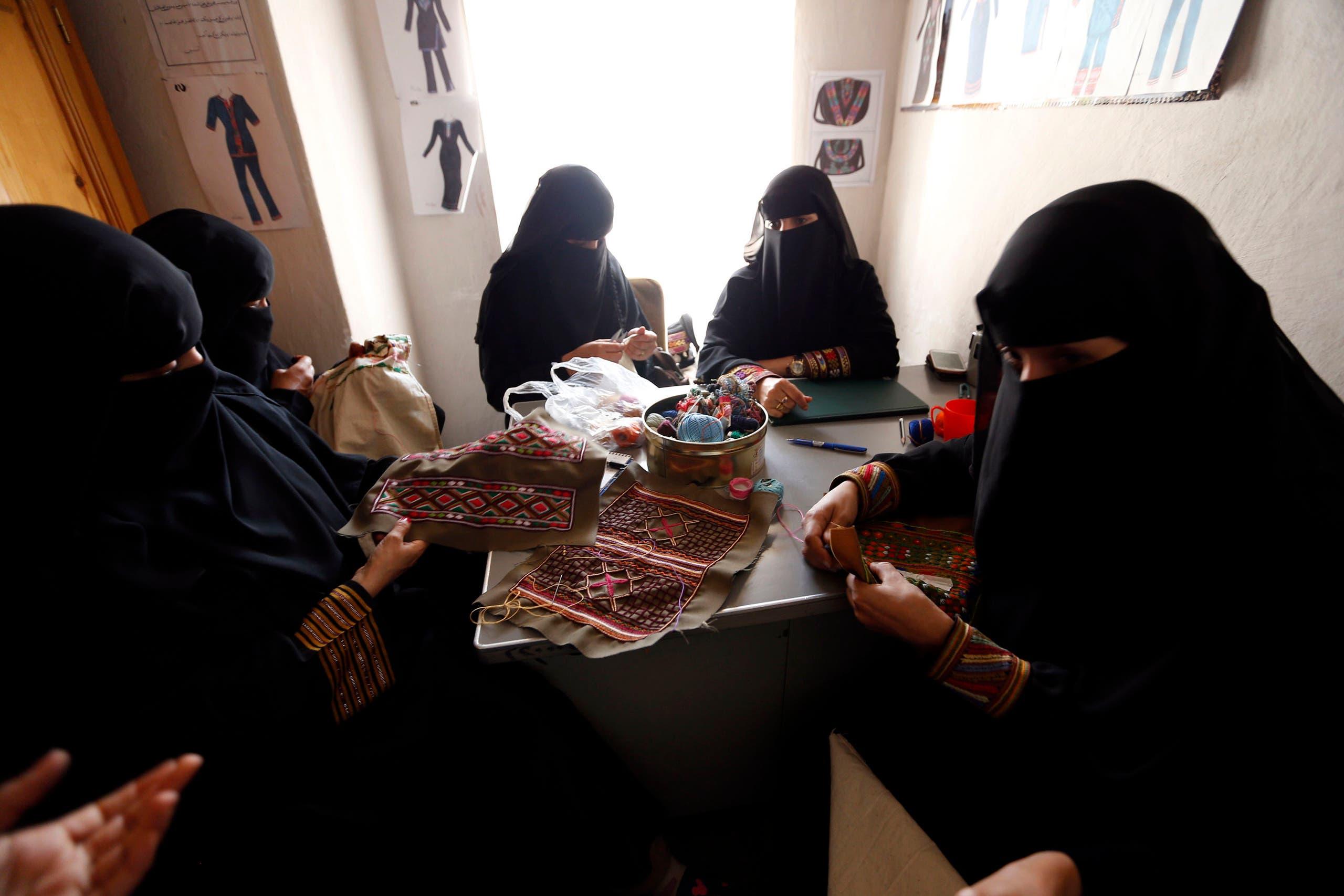 الحرف اليدوية التقليدية تستقطب الكثير من فتيات اليمن