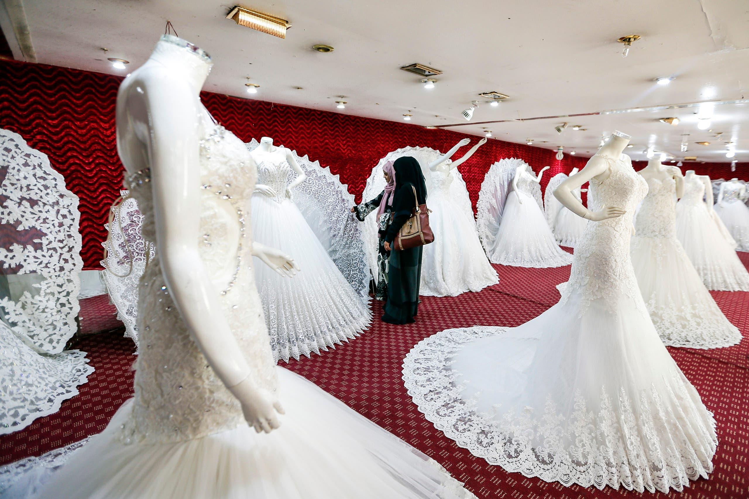 فتلتان يمنيتان تبحثان عن فستان زفاف مناسب
