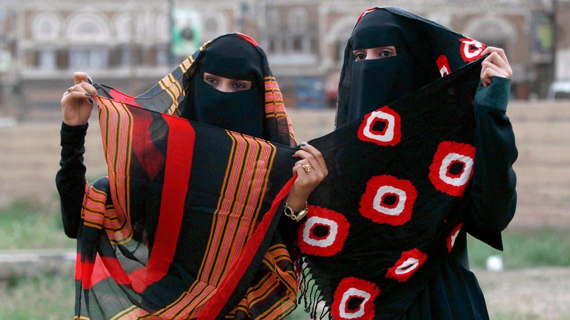 فتاتان يمنيتان بالزي التقليدي