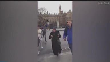 شاهد اللحظات الأولى لهجوم لندن.. سيدة محجبة تبكي وتهرب