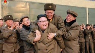 """الرجل الغامض الذي قفز على ظهر """"ديكتاتور"""" كوريا!"""