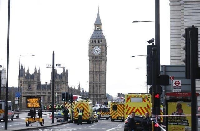 سيارات إسعاف قرب جسر وستمنستر في لندن الذي شهد هجوما يوم الأربعاء