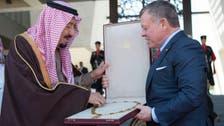 بالصور.. الملك سلمان يتقلد أرفع وسام أردني