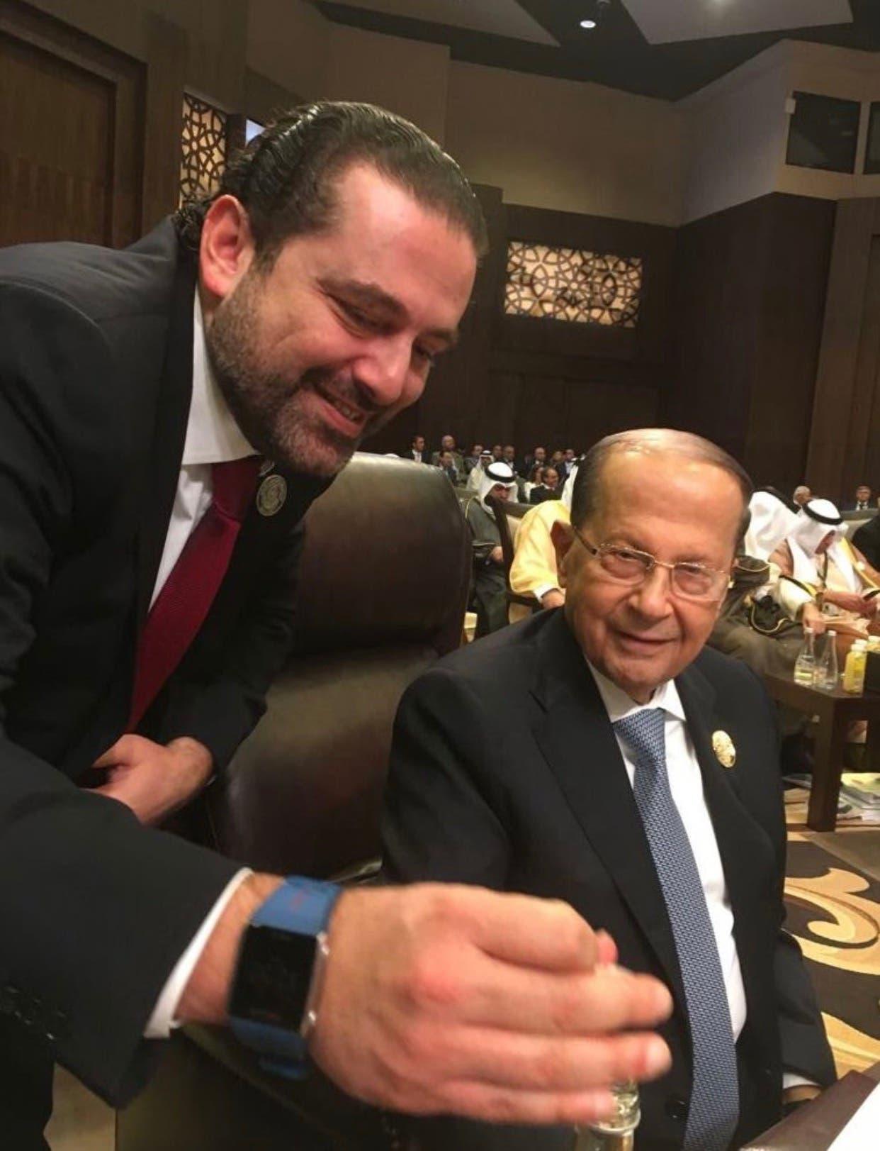 سقوط الرئيس اللبنانى أرضا أثناء التقاط صورة تذكارية لقادة القمة العربية