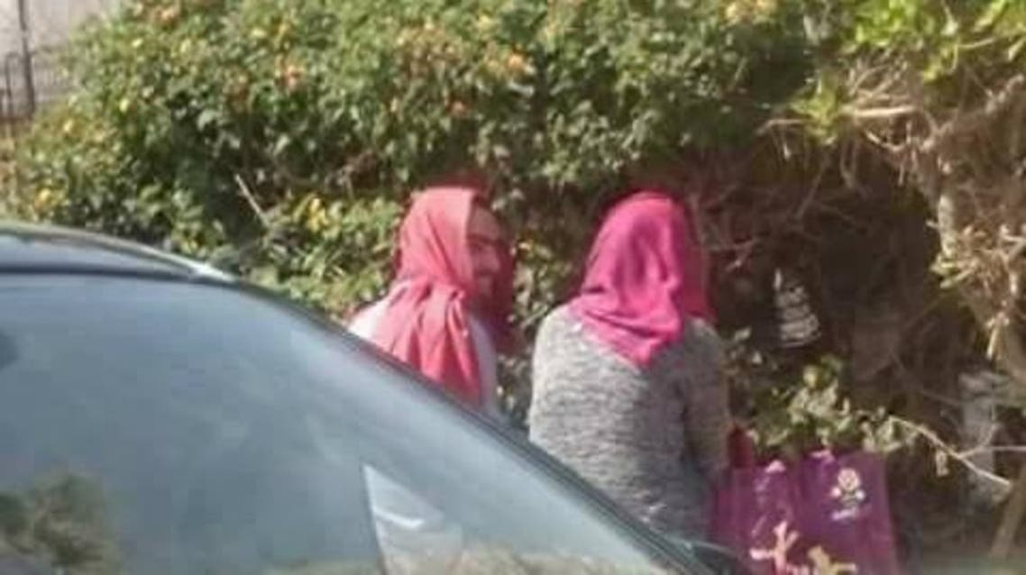 """بالصور.. شاب مصري يرتدي """"الحجاب"""" ليقابل فتاة"""