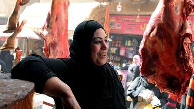 بالصور.. هذه السيدة المصرية تعمل بالجزارة منذ 40 عاماً