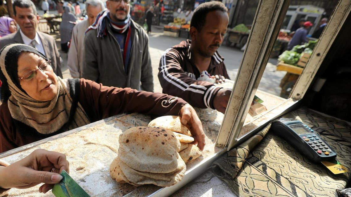 People buy bread at a bakery in Cairo, Egypt. (File Photo: Reuters)
