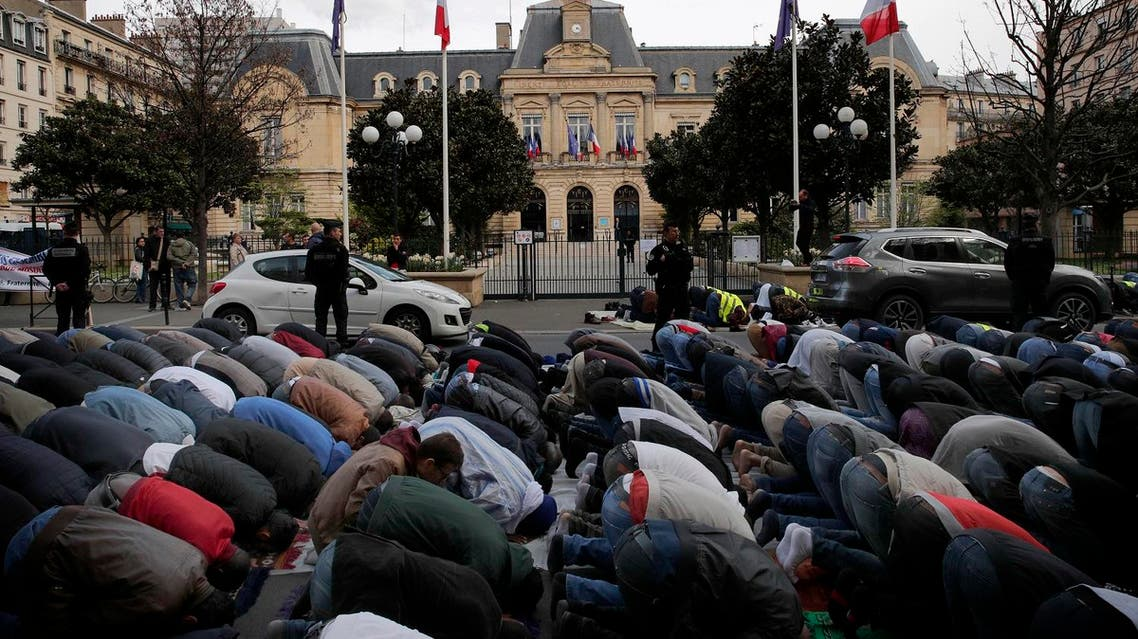 Hundreds of Muslims pray on the street in front of the town hall plaza, seen behind, in the Paris suburb of Clichy la Garenne, on Friday, March 31, 2017. (AP)