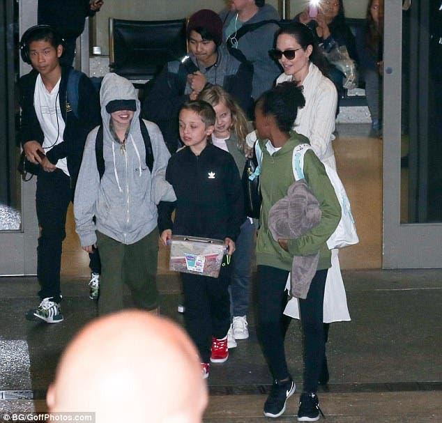 أنجلينا جولي وأولادها الستة