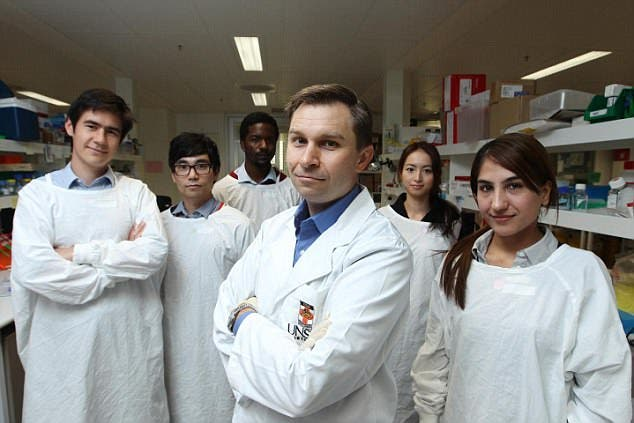 الدكتور سنكلير وفريقه البحثي