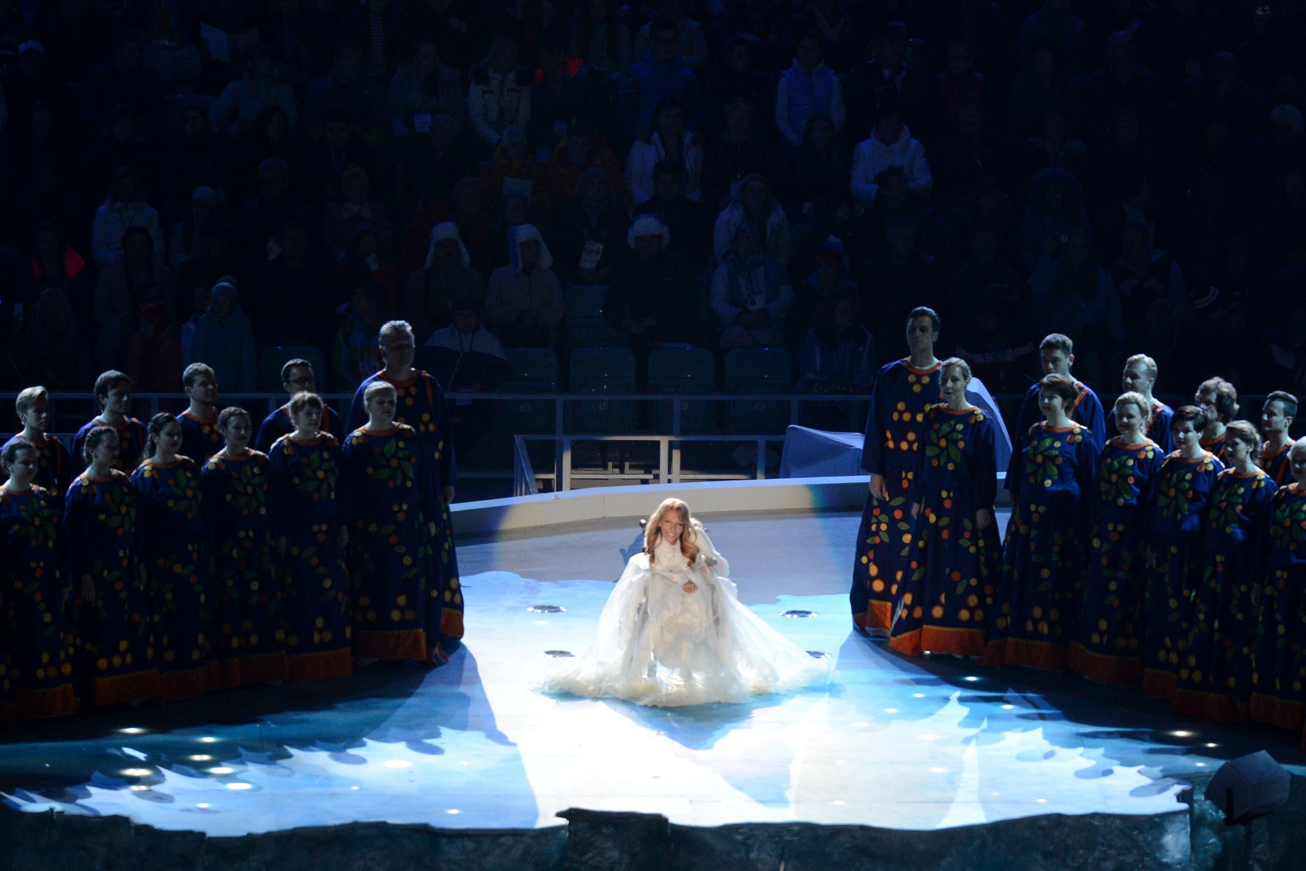 المغنية الروسية يوليا سامويلوفا خلال غنائها في حفل افتتاح الألعاب الأولمبية الشتائية للمعاقين في مدينة سوتشي الروسية في 2014