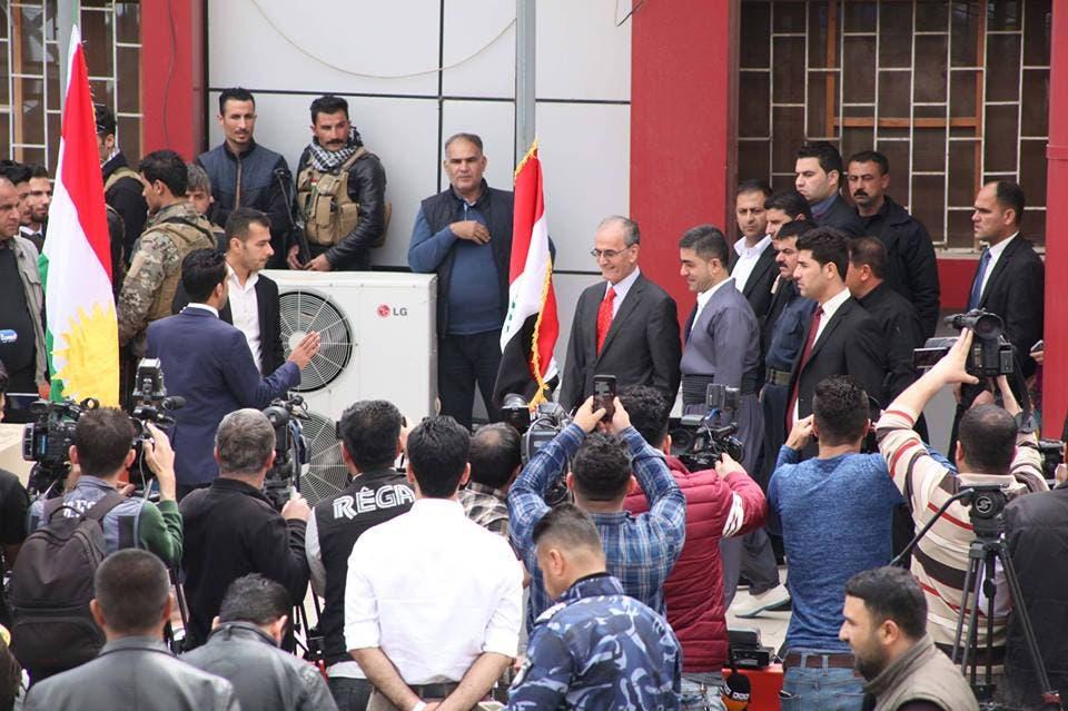 نجم الدین کردیم استاندار کرکوک در مراسم برافراشتن پرچم کردستان در استانداری