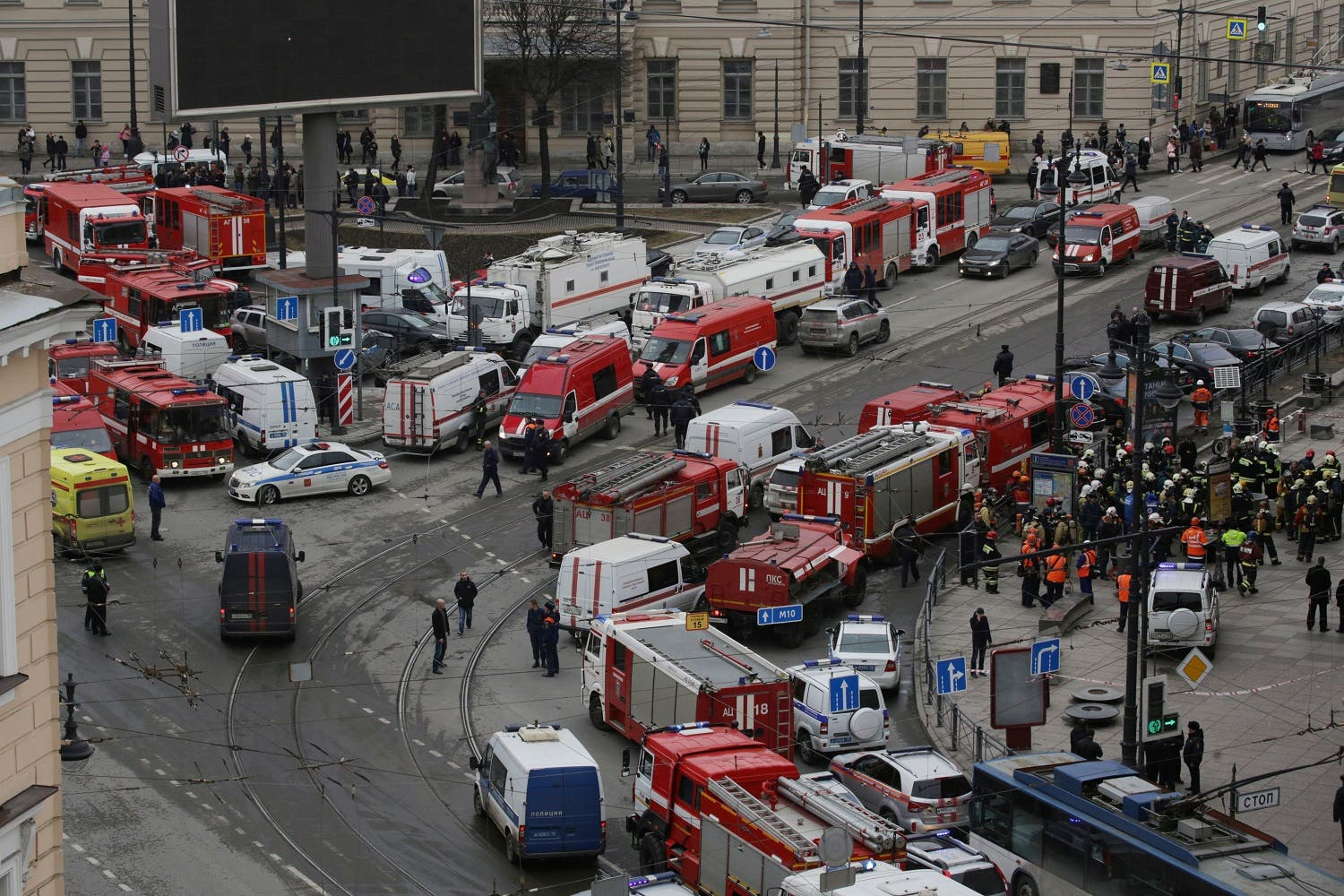 General view of emergency services attending the scene outside Sennaya Ploshchad metro station, following explosions in two train carriages in St. Petersburg, Russia April 3, 2017 (Photo: Reuters/Anton Vaganov)