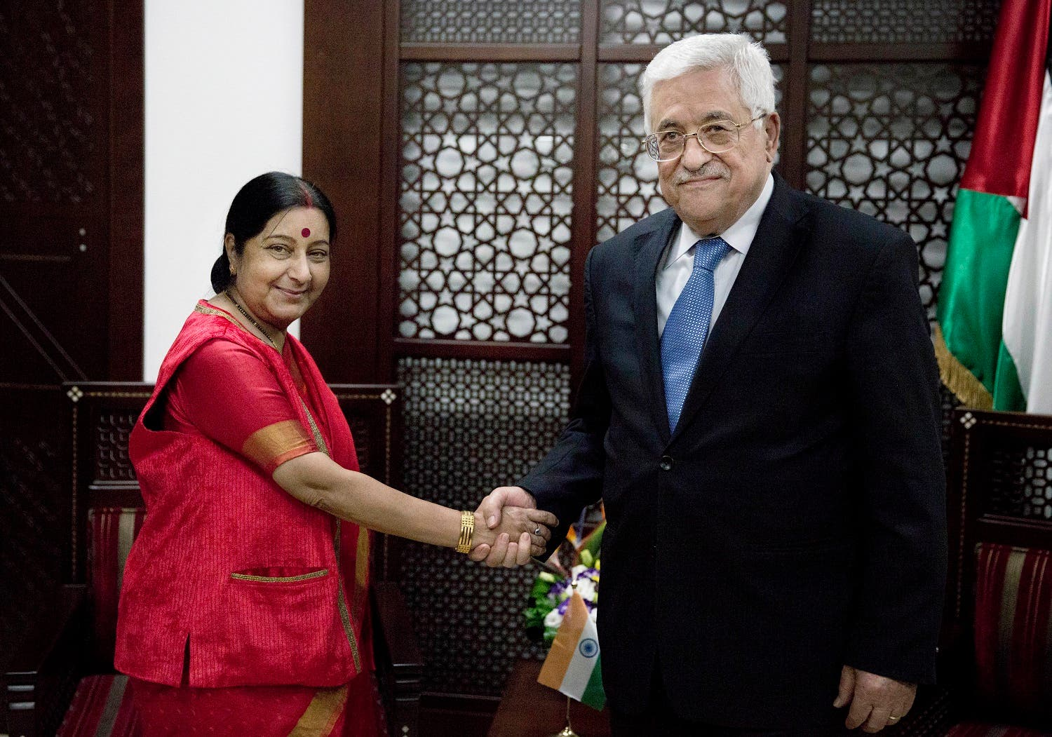 Palestinian President Mahmoud Abbas, right shakes hands with Indian External Affairs Minister Sushma Swaraj in Ramallah, on Jan. 17, 2016. (AP)