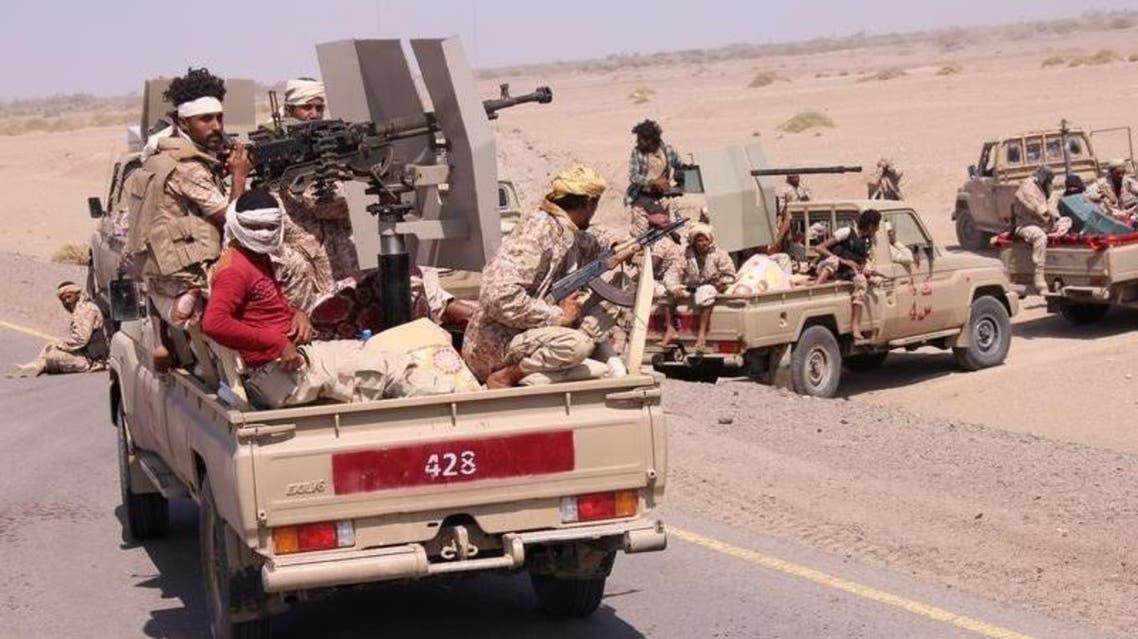 عناصر من الجيش اليمني على متن مركبات عسكرية بالقرب من مدينة المخا الساحلية