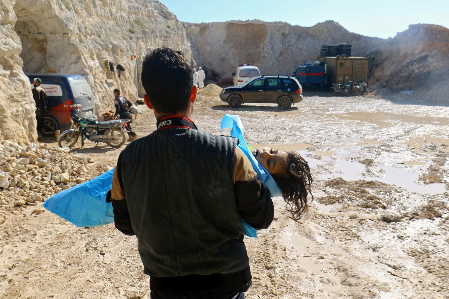 A man carries the body of a dead child, after what rescue workers described as a gas attack in Khan Sheikhoun in Idlib, Syria April 4, 2017. (Reuters)