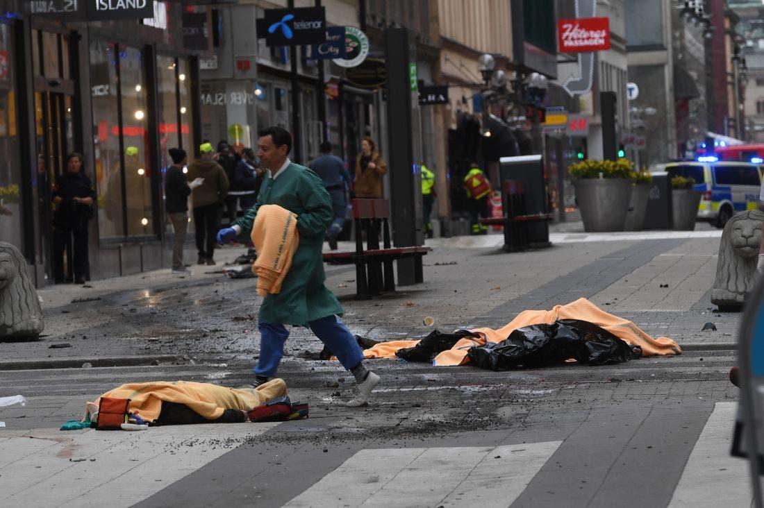 السويد.. شاحنة تدهس مارة وسط ستوكهولم