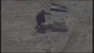 شاهد لحظة قصف داعشي حاول إنزال العلم العراقي