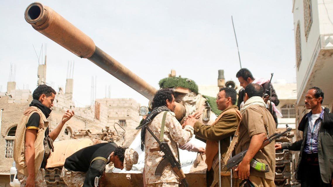 Pro-government fighters gather next to a tank they use in the fighting against Houthi fighters in the southwestern city of Taiz, Yemen March 22, 2017. (Reuters)