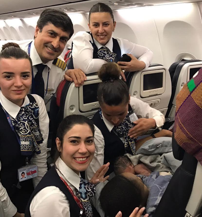 کودک به دنیا آمده با مهمانداران هواپیما
