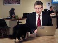 شاهد.. قطة تقتحم بثاً مباشراً وتشرب مياه عمدة العاصمة